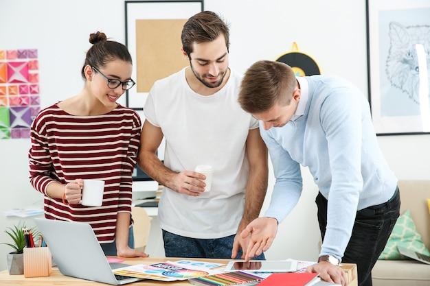 Trzech młodych projektantów w miejscu pracy
