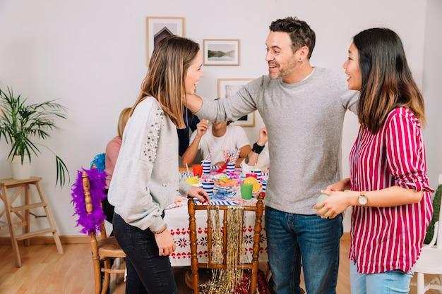 Trzech przyjaciół na przyjęcie urodzinowe
