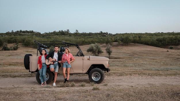 Trzech przyjaciół podróżujących samochodem z miejsca na kopię