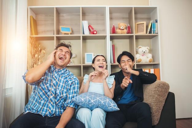 Trzech przyjaciół szczęśliwy rozmowy i duży śmiech po obejrzeniu historyjkę żart
