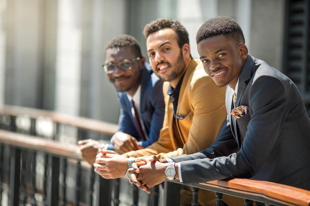 Trzech przystojnych dorosłych mężczyzn w garniturach