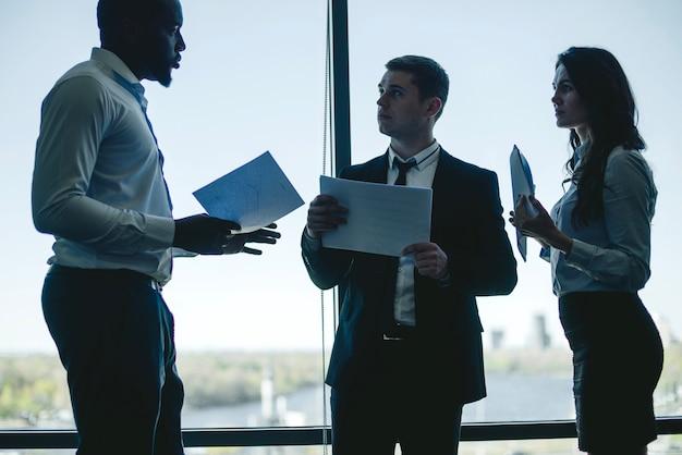 Trzech rozmawiających ludzi biznesu