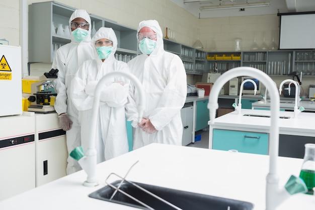 Trzech techników laboratoryjnych