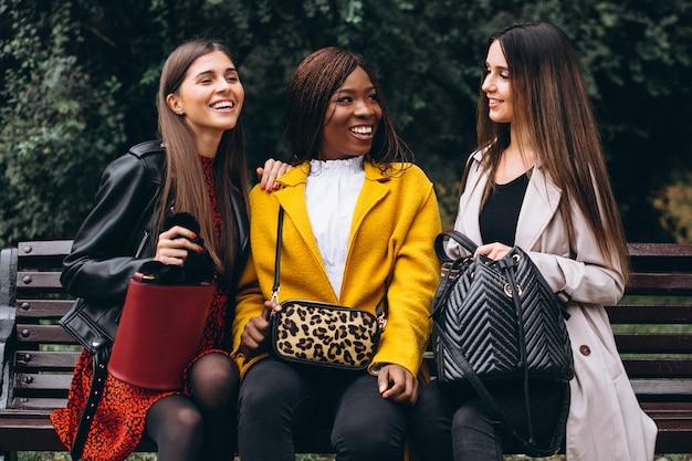 Trzech wielokulturowych przyjaciół na ulicy
