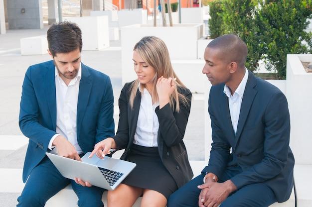 Trzech współpracowników oglądających prezentację
