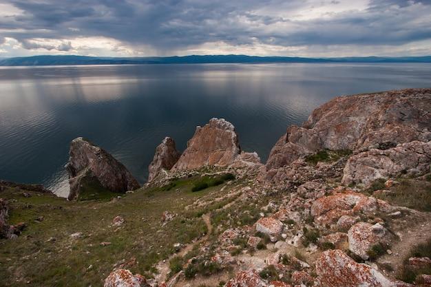 Trzej bracia skały na wyspie olkhon na jeziorze bajkał, ogromne kamienie nad jeziorem