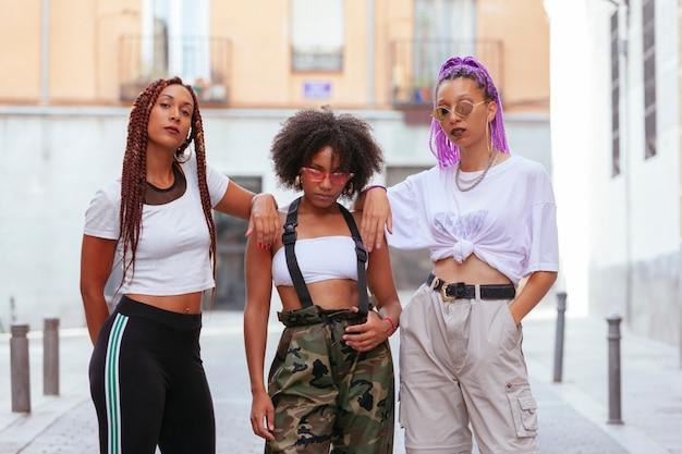 Trzej przypadkowi przyjaciele na ulicy