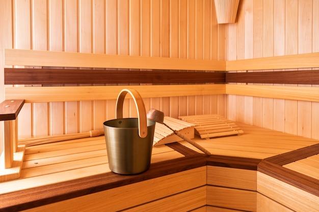 Trzepaczka, wiadro i chochla do sauny. połóż się na ławce.