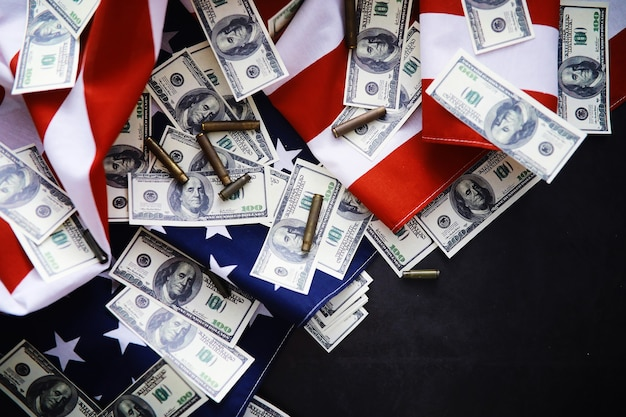 Trzepotanie flagi usa z falą. amerykańska flaga na dzień pamięci lub 4 lipca. zbliżenie amerykańskiej flagi na ciemnym tle