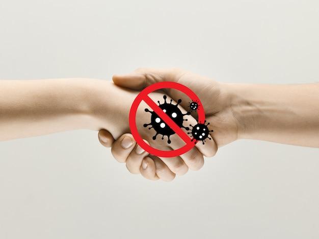 Trzęsące się ludzkie ręce, unikaj powitania podczas epidemii koronawirusa - koncepcja rozprzestrzeniania się wirusa. niebezpieczny sposób epidemii. uwaga, ostrzeżenie o epidemii. bądź bezpieczny. zapobieganie, bezpieczeństwo, koncepcja rozprzestrzeniania się pandemii.