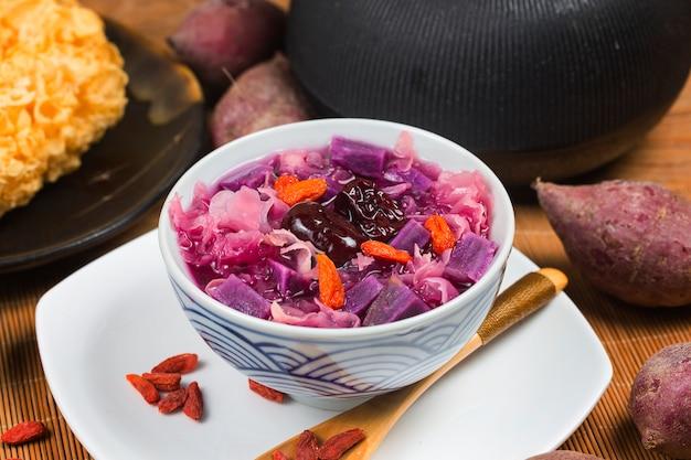Trzęsakowa purpurowa słodka kartoflana polewka