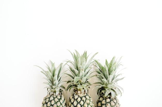 Trzy ananasy z liśćmi