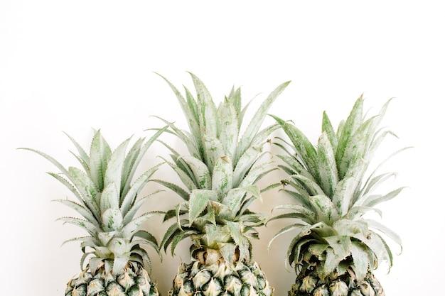 Trzy ananasy
