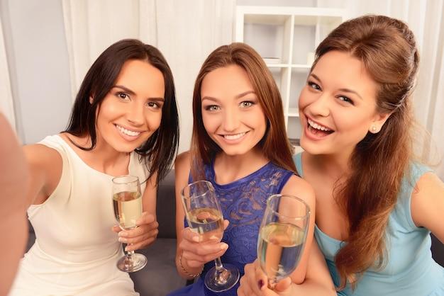 Trzy atrakcyjne młode dziewczyny co selfie z szampanem
