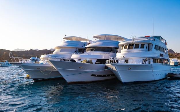 Trzy białe jachty na morzu