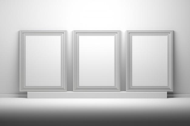 Trzy białe ramki do zdjęć dla makiet prezentacji z pustej przestrzeni kopii stojącej na cokole.