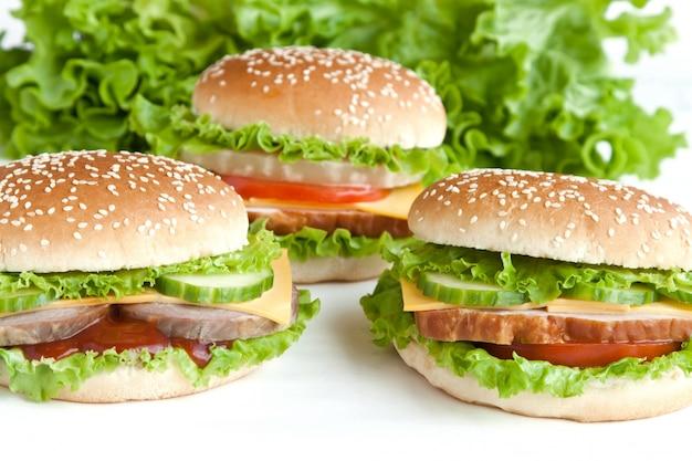 Trzy burgery z mięsem i warzywami