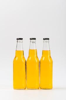 Trzy butelki z piwem na stole