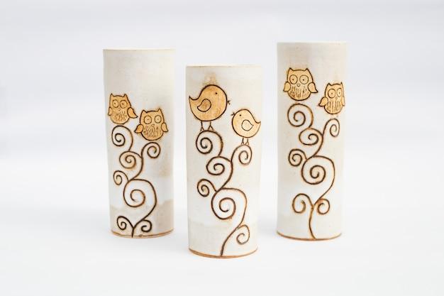 Trzy ceramiczne kamionkowe wazony z białym tłem