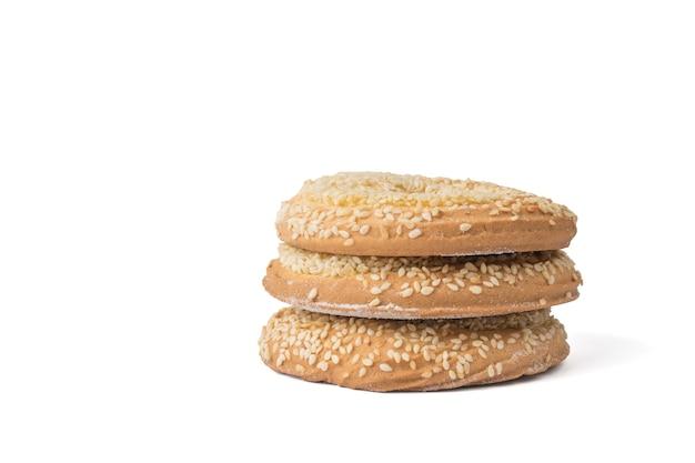 Trzy ciasteczka sezamowe na białym tle. pyszny pieczony deser.