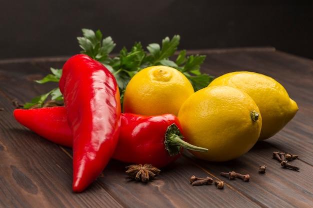 Trzy cytryny i dwie papryczki chili, pietruszka i przyprawy. naturalne źródło wzmocnienia odporności.