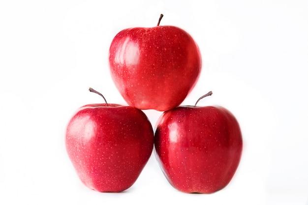 Trzy czerwone jabłka na białym tle. pojedynczo na białym. zdrowe odżywianie