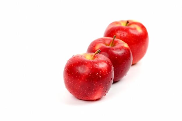 Trzy czerwone jabłko na białym tle