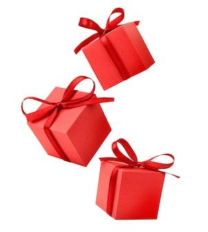 Trzy czerwone prezenty na białym tle
