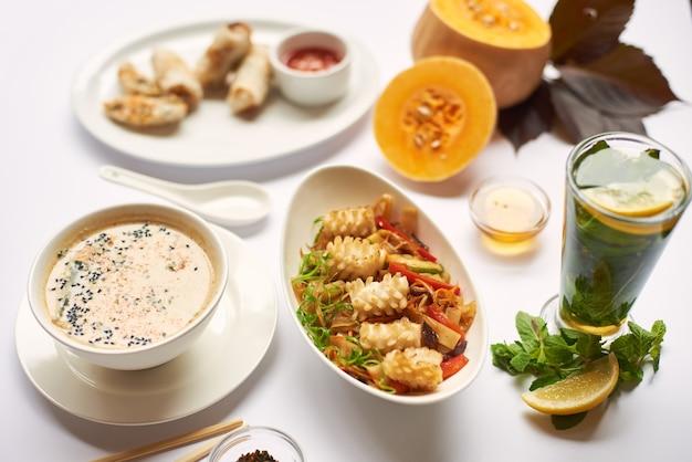 Trzy dania obiadowe z herbatą miętową gotowe do spożycia.