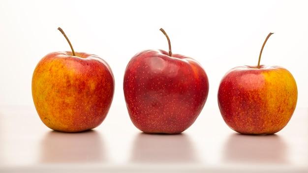 Trzy dojrzałe jabłka na białym tle