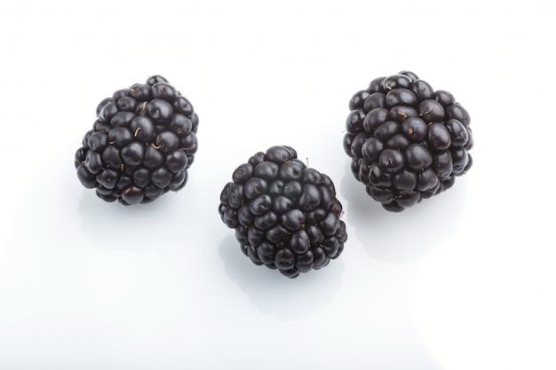 Trzy dojrzały dewberry odizolowywający na białym tle
