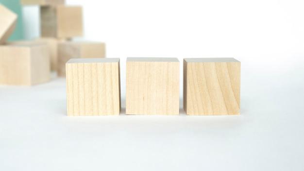 Trzy drewniane kostki na tekst i figurka serca