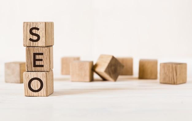 Trzy drewniane kostki z literami seo