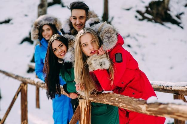 Trzy dziewczynki i jeden chłopiec w lesie zimowym