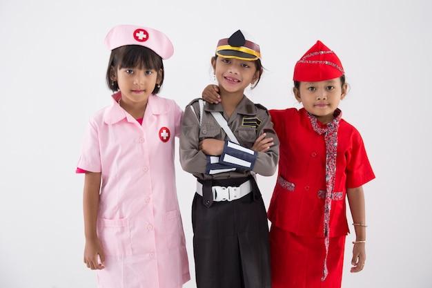 Trzy dziewczynki w mundurze różnych zawodów