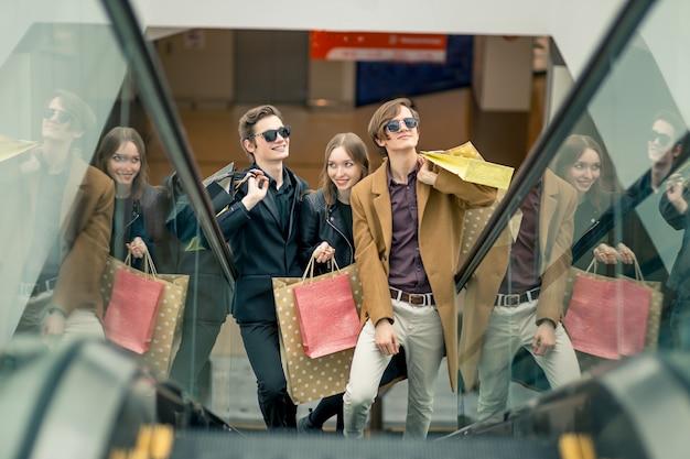 Trzy dziewczyny na schodach z torby na zakupy