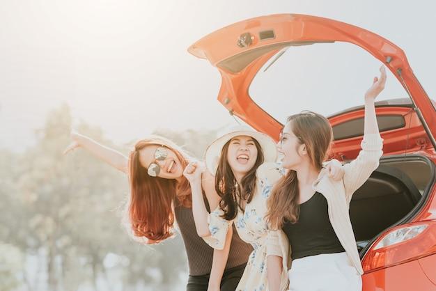 Trzy dziewczyny najlepsi przyjaciele świętuje dobrą zabawę