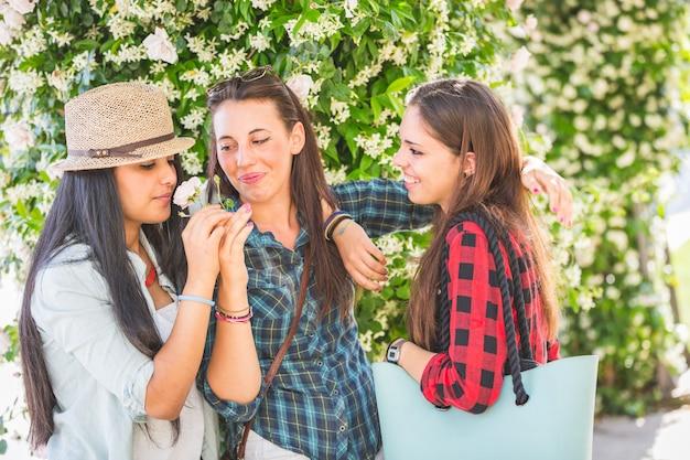 Trzy dziewczyny pachnące kwiatem
