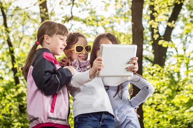 Trzy dziewczyny przy selfie z tabletem