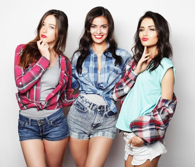 Trzy dziewczyny uśmiechają się i dobrze się bawią.