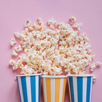 Trzy filiżanki popcornu