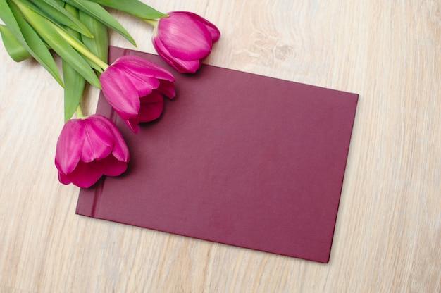 Trzy fioletowe tulipany