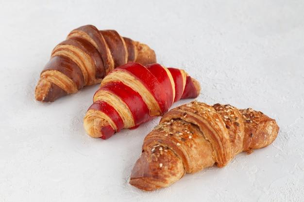 Trzy francuskie smaczne rogaliki, szczegół poziomy widok z góry widok z góry miejsce na tekst