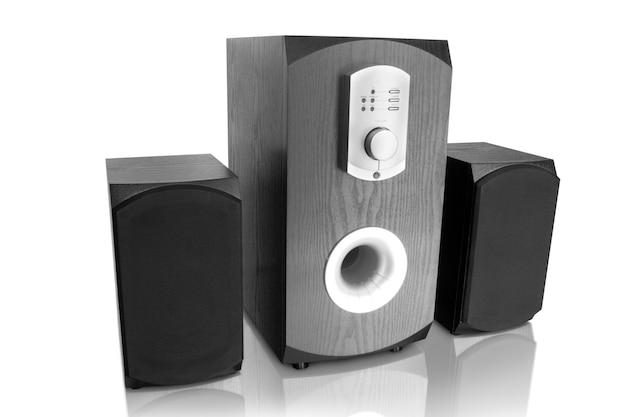 Trzy głośniki muzyczne na białym tle