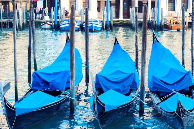 Trzy gondole w wenecji, canal grande, włochy.