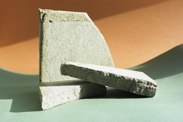 Trzy gruzu betonu na tle papieru w ostrym świetle z cieniami. podium lub stojak do reklamowania i promowania swojego produktu w sieciach społecznościowych.