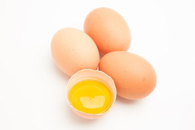 Trzy jajka z żółtkiem w połówce muszli