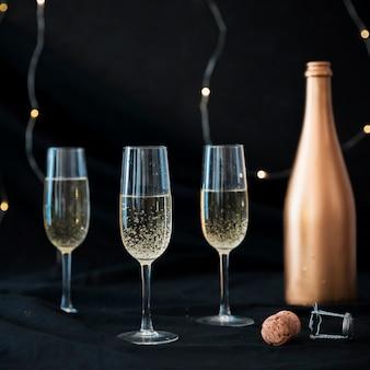 Trzy kieliszki do szampana na stole