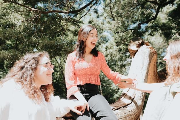 Trzy kobiety bawiące się w lesie, koncepcja wielokulturowości i przyjaźni, opieka i miłość