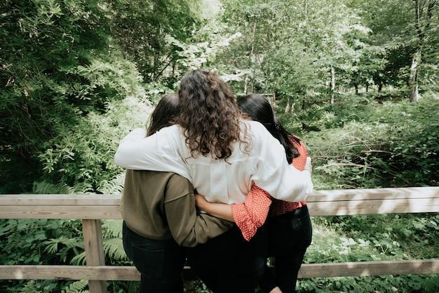 Trzy kobiety przytulające się, koncepcja miłości i uczucia, koncepcja lasu, przyjaźni i opieki